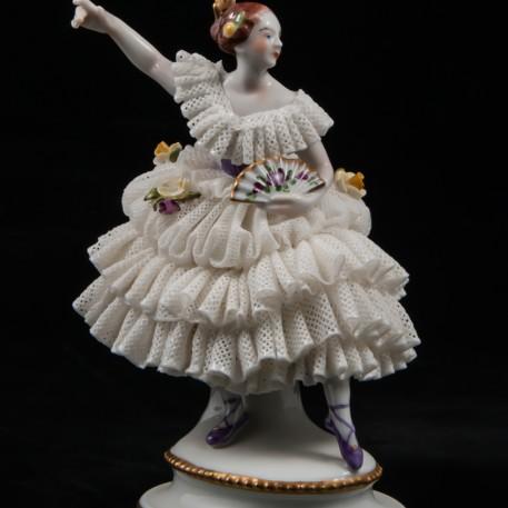 Балерина в сиреневом платье с веером,кружевная, Volkstedt, Германия