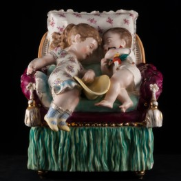 """Дети, спящие на кресле"", ваза, Франция, 19 в"