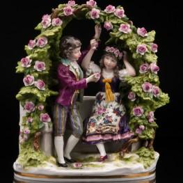 Юная пара в цветочной беседке, Дрезден, Германия,
