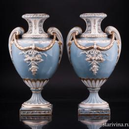 Две голубые вазы с гирляндами и факелами, Sitzendorf, Германия, кон. 19 в