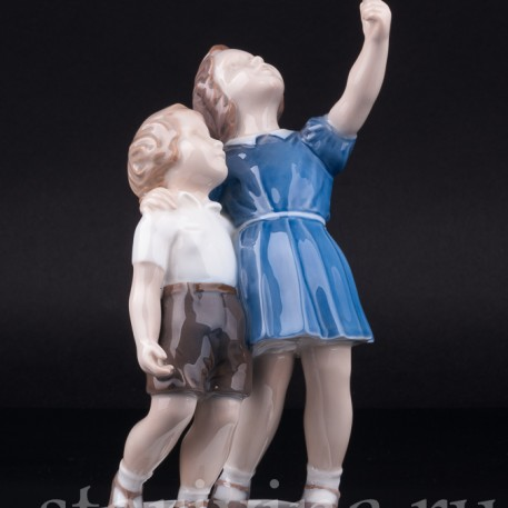 """Статуэтка детей из фарфора """"Киньте мячик!"""", девочка и мальчик, Bing & Grondahl, Дания, 1950-60 гг."""