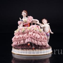 Грезы любви, девушка с книгой на диване, кружевная , Muller & Co, Германия, нач. 20 в