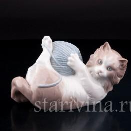 Котенок, играющий с клубком , Lladro, Испания