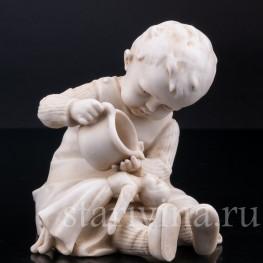 Девочка, поящая куклу, E & A Muller (Schwarza-Saalbahn), кон. 19 - нач. 20 вв.