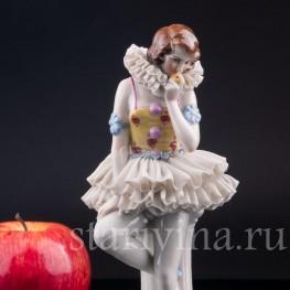 Фигурка девушки из фарфора Пьеретта с яблоком, кружевная, Muller & Co, Германия, нач. 20 в.