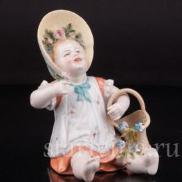 Фарфоровая статуэтка Сидящая девочка с цветами, Германия, 19 в.