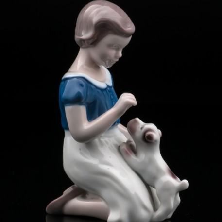 Девочка, играющая со щенком, Bing & Grondahl, Дания, 1970 гг
