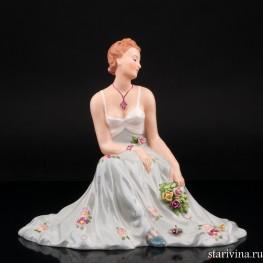 Сидящая девушка с букетом цветов, Royal Dux, Чехия, нач. 20 в